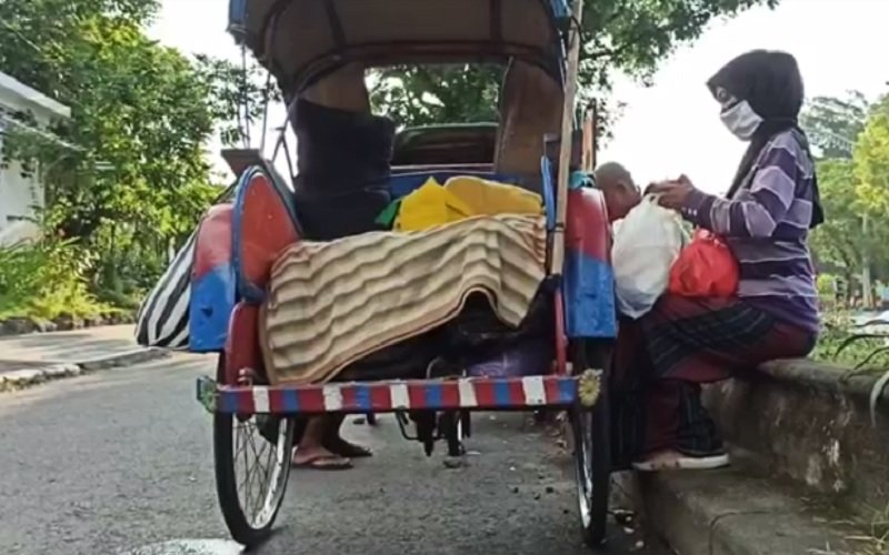 Ganjar Sesalkan Viralnya Keluarga Hidup Menggelandang di Becak